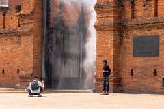 Туристы принимают фото на ворота Thapae с брызгами воды стоковые фотографии rf