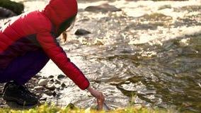 туристы принимая воду от пресноводных озер в бак для варить на огне сток-видео