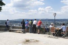 Туристы принимая в панорамный взгляд реки Rhein стоковые фото