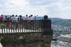 Туристы принимая в панорамный взгляд реки Rhein стоковое изображение rf