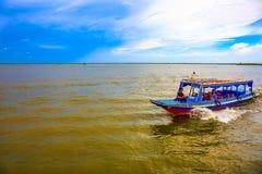 Туристы принимая путешествие шлюпки на спокойном реке в после полудня Стоковая Фотография