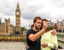 Туристы принимая фото большого Бен и парламента Великобритании Стоковые Фото