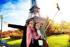 Туристы принимая selfie против Эйфелева башни Стоковое Изображение RF