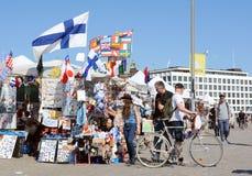 Туристы просматривают стойл сувенира в Хельсинки Стоковая Фотография