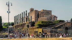 Туристы проходят виском Венеры и Roma Стоковое фото RF