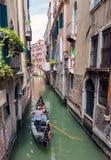 Туристы плавания гондолы в Венеции Стоковое Изображение RF