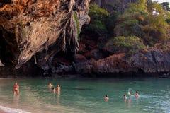 Туристы плавая в тропическом скалистом пляже Стоковое Изображение