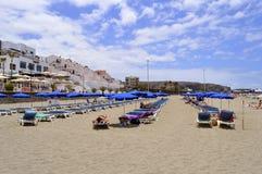 Туристы пляжа Лос Cristianos на пляже наслаждаясь солнцем Стоковые Фотографии RF