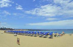 Туристы пляжа Лос Cristianos на пляже наслаждаясь солнцем Стоковое Изображение RF