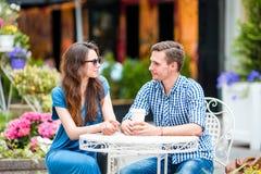 Туристы ресторана есть на внешнем кафе Молодые друзья наслаждаются временем совместно в летнем дне Стоковое Фото