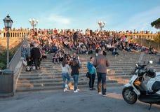 Туристы сидят на шагах лестниц в Piazzale Michelan Стоковая Фотография RF