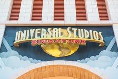 Туристы СИНГАПУРА - 13-ое января и посетители тематического парка фотографируя большой вращая фонтан глобуса перед универсалией Стоковые Изображения RF