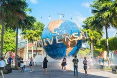 Туристы СИНГАПУРА - 13-ое января и посетители тематического парка фотографируя большой вращая фонтан глобуса перед универсалией Стоковая Фотография RF