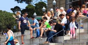 Туристы сидят на лестницах национального музея изобразительных искусств Каталонии Стоковая Фотография RF