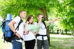 Туристы смотря в расстояние Стоковое фото RF