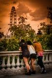 Туристы смотря глаз Лондона Стоковое Изображение
