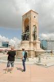 Туристы смотря памятник республики в Стамбуле Стоковое Фото