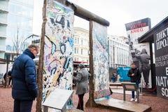 Туристы смотря часть Берлинской стены на входе музея холодной войны черного ящика стоковое фото