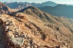 Туристы спускают от держателя Моисея, Египта Стоковая Фотография