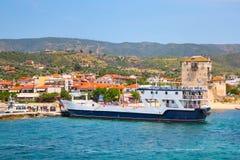 Туристы спускают от корабля в порте Ouranoupoli, Греции Стоковая Фотография