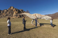 Туристы сфотографированы в долине PA динозавров национального Стоковое Фото