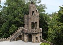 Туристы сфотографированы на башне в Quinta da Regaleira в Sintra стоковое фото