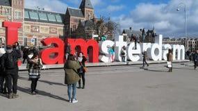 Туристы сфотографированы на скульптурном составе i Amster Стоковые Фотографии RF