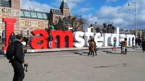 Туристы сфотографированы на скульптурном составе i Amster Стоковое Фото
