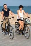 Туристы с велосипедами на пляже города Стоковая Фотография
