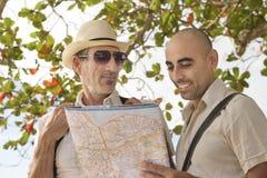 Туристы с картой стоковое изображение rf