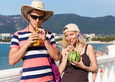 Туристы с коктеилем на обваловке около моря Стоковое Изображение