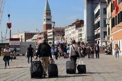 Туристы с чемоданами в Венеции, Италии стоковое фото