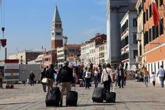 Туристы с чемоданами в Венеции, Италии стоковая фотография rf
