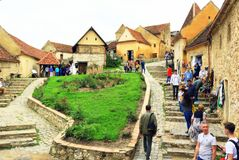 Туристы Трансильвания Румыния двора крепости Râșnov внутренние стоковое фото