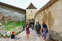 Туристы Трансильвания Румыния двора крепости Râșnov стоковые фотографии rf