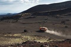 Туристы транспорта тележки экспедиции на дороге горы стоковые фотографии rf