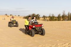 Туристы участвуют в гонке на желтых песчанных дюнах в Ne Mui, Вьетнаме стоковая фотография rf