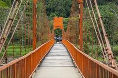 Туристы фотографируют на красном мосте Стоковая Фотография