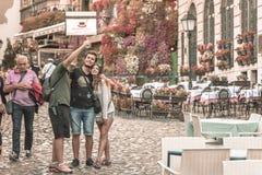 Туристы фотографируя в Skadarlija, Сербии Стоковые Изображения RF