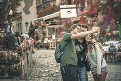Туристы фотографируя в Skadarlija, Сербии Стоковые Фотографии RF