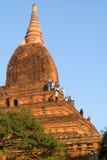 Туристы фотографируя от вершины виска на Bagan Стоковое фото RF