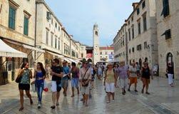 Туристы ходя по магазинам в Stradun Дубровнике Стоковое Фото
