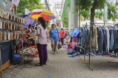 Туристы ходя по магазинам Jatujak снаружи Стоковое фото RF