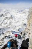 Туристы цепной подъем к верхней части горы Стоковое Изображение