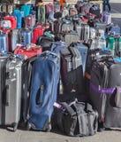 Туристы, чемоданы и сумки, движение, шина путешествуют, автобусная станция стоковое фото