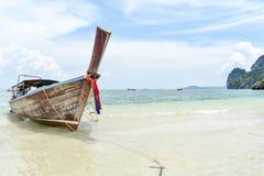 Туристы шлюпки длинного хвоста ждать на Thale Waek/отделили море Krabi Таиланд Стоковая Фотография