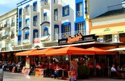 Туристы Albufeira есть и выпивая в ресторанах в старой Стоковые Изображения RF