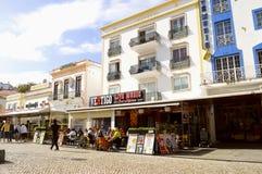 Туристы Albufeira есть и выпивая в ресторанах в старой Стоковое фото RF