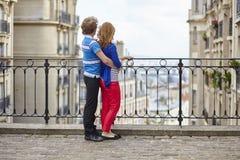 туристы montmartre пар молодые стоковое изображение