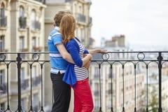 туристы montmartre пар молодые стоковая фотография rf